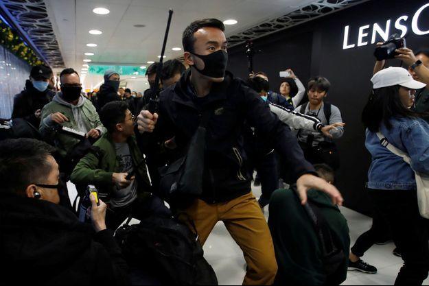 Les forces anti-émeutes sont intervenues au milieu des boutiques.