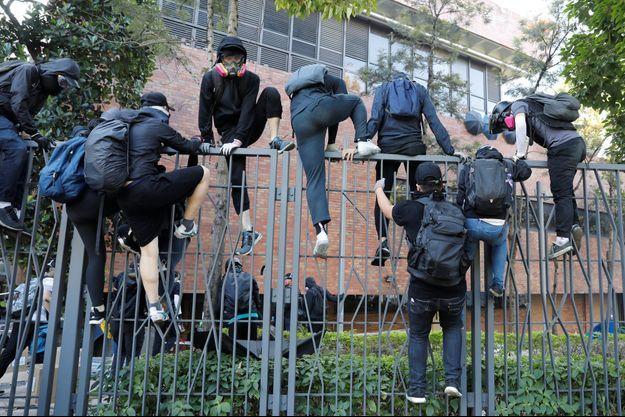 Les étudiants hongkongais tentent de fuir devant les forces de l'ordre.