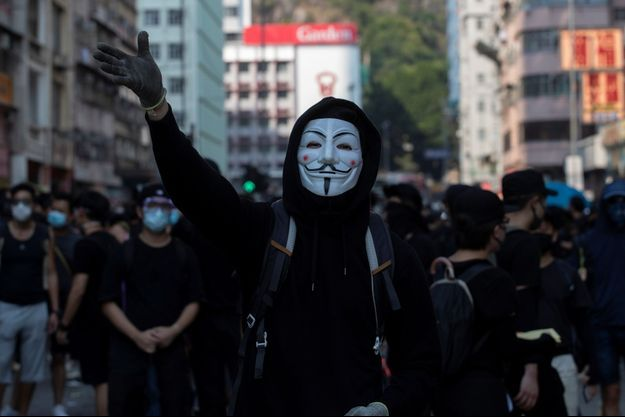 Un manifestant masqué à Hong Kong.