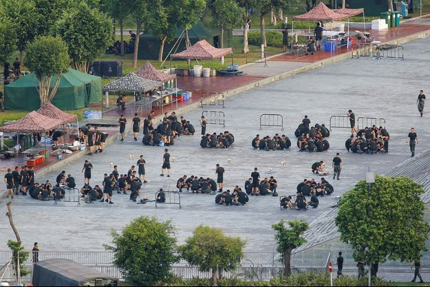 Des militaires chinois stationnent à Shenzen.