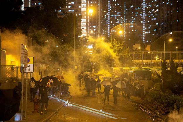 """""""Les actes extrêmes commis par les émeutiers sont à l'origine d'une nuit très sombre pour Hong Kong et la société hongkongaise est à moitié paralysée aujourd'hui"""", """"tout le monde est très inquiet voire même effrayé"""", a déclaré Carrie Lam, la cheffe de l'exécutif hongkongais."""
