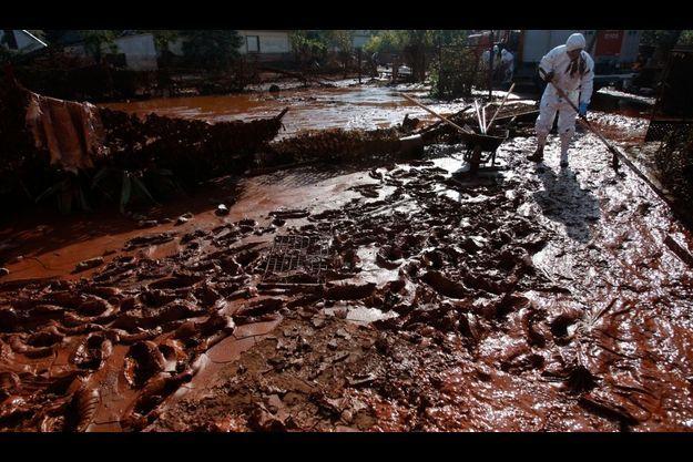 La boue toxique dans le village inondé de Devecser