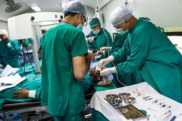 Les médecins opèrent de la cataracte dans le train, à la chaîne. Sans eux, les malades deviendraient aveugles.