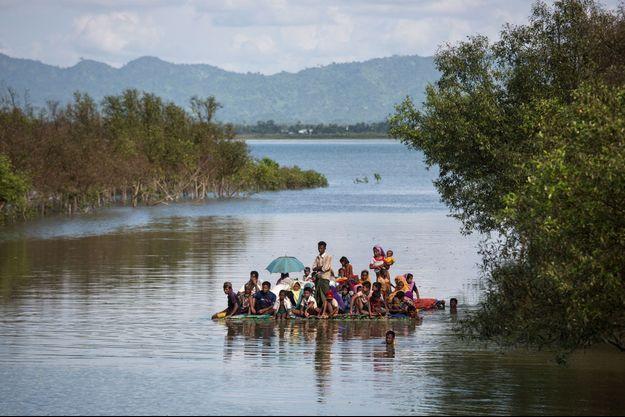 Des Rohingyas arrivent au Bangladesh par la rivière Naf, sur un radeau de fortune, près de Noya Para, le 11 novembre 2017