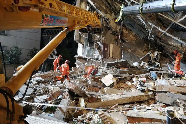 Des secouristes en intervention après l'effondrement de l'hôtel à Suzhou, dans la province du Jiangsu, en Chine, le 13 juillet 2021