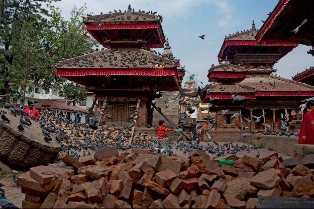 Devant le temple Jagannah de la place Durbar à Katmandou, les restes de la colonne et de la statue de la divinité Garuda.