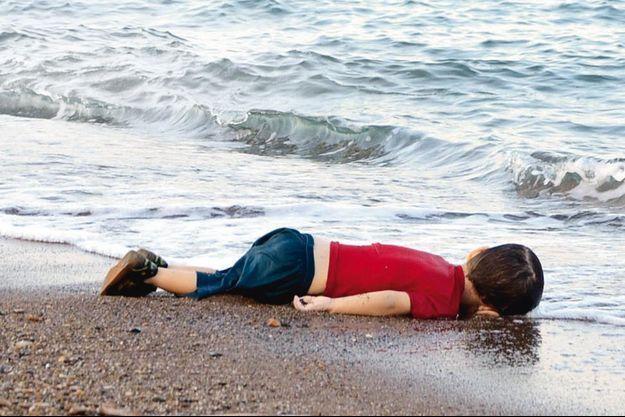 Mercredi 2 septembre, à l'aube, Aylan gît, inanimé, sur la plage d'Ali Hoca Burnu, à Bodrum, en Turquie. Avec son frère et sa mère, Aylan fait partie des 12 passagers noyés. Seul son père a survécu.