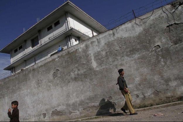 Ben Laden logeait au dernier étage de cette maison protégée de hauts murs, rehaussés de barbelés. Les vitres des fenêtres sont opaques.
