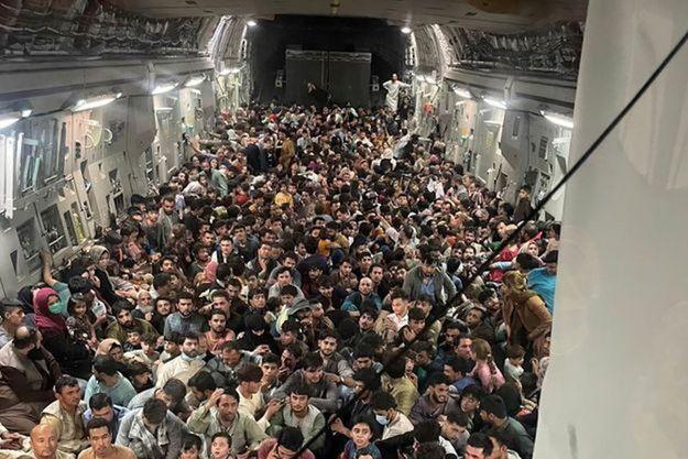 Cette image, photographiée le 15 août 2021 dans un avion décollant de Kaboul, marquera l'Histoire.