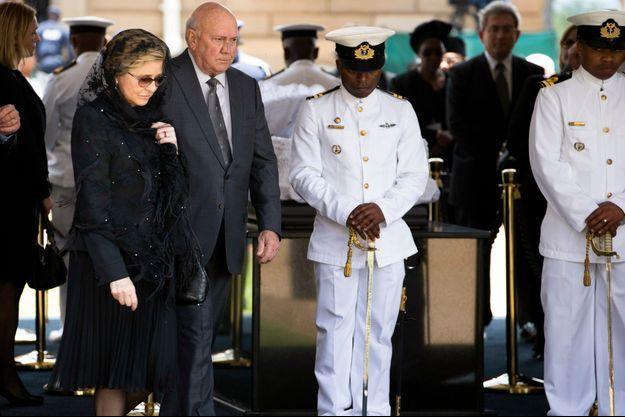 Frederik De Klerk s'est recueilli devant le cercueil de Nelson Mandela, ce mercredi à Prétoria.