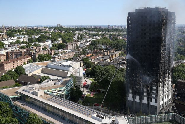 Les pompiers tentent d'éteindre l'incendie de l'immeuble.