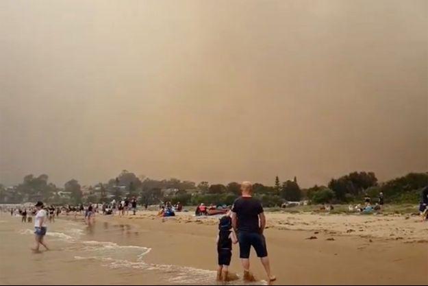 Des milliers de personnes ont trouvé refuge sur les plages en Australie.