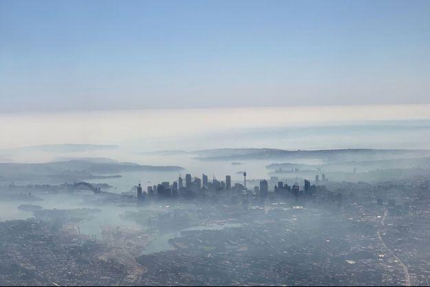 Une photo prise depuis un avion montre le nuage qui enveloppe Sydney.