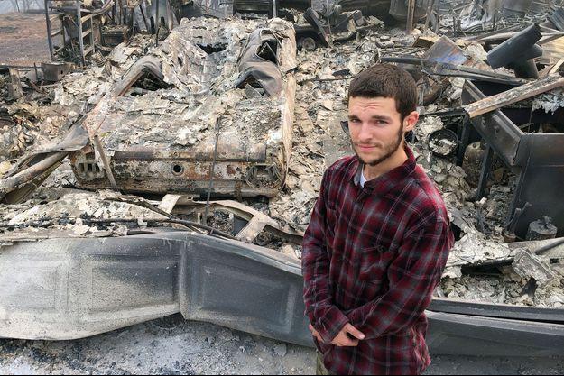 Jhonathan Clark devant sa maison en cendres.