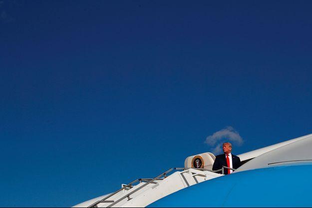Donald Trump embarque à bord d'Air Force One, dimanche dans le New Jersey.