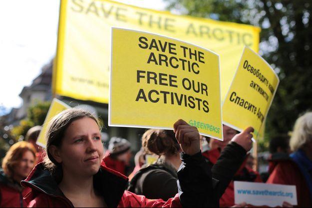 Un militante manifeste devant l'ambassade de Russie en Suisse pour demander la libération des activistes.