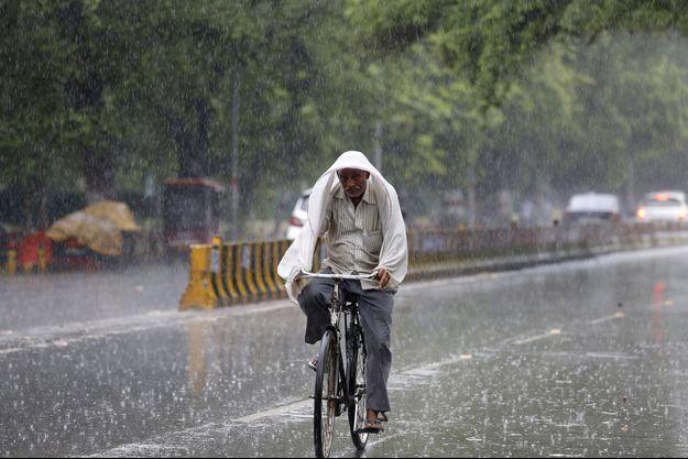 Un Indien sous la pluie.