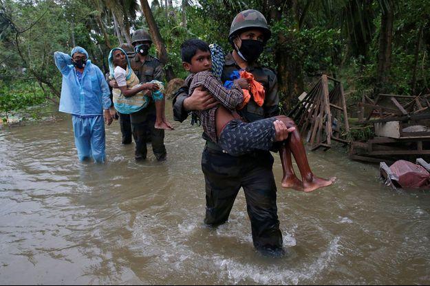 Des soldats évacuent des habitants d'une zone inondée de Purba Medinipur dans l'État indien du Bengale-Occidental.