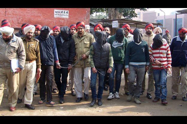 Les six accusés (cagoulés) ont été arrêtés et présentés à un juge de Gurdaspur, dimanche.