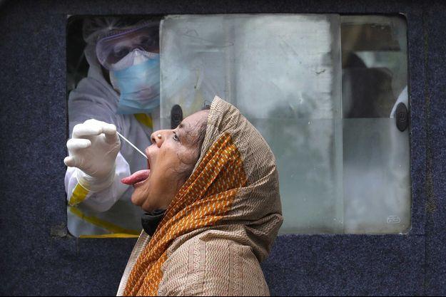 Une femme testée contre le coronavirus à Calcutta (image d'illustration).