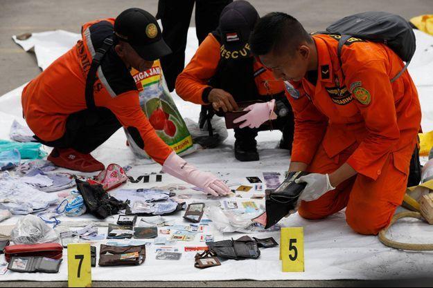 Les sauveteurs indonésiens ont retrouvé de nombreux débris.