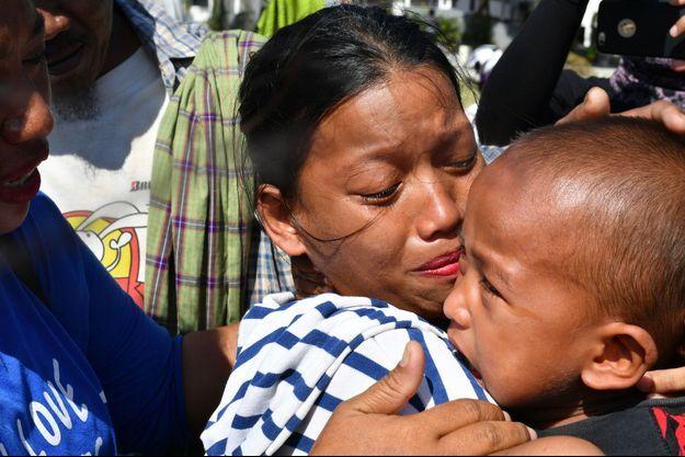 Susi Rahmatia a retrouvé son fils Jumadil, le 5 octobre 2018, à Palu en Indonésie.