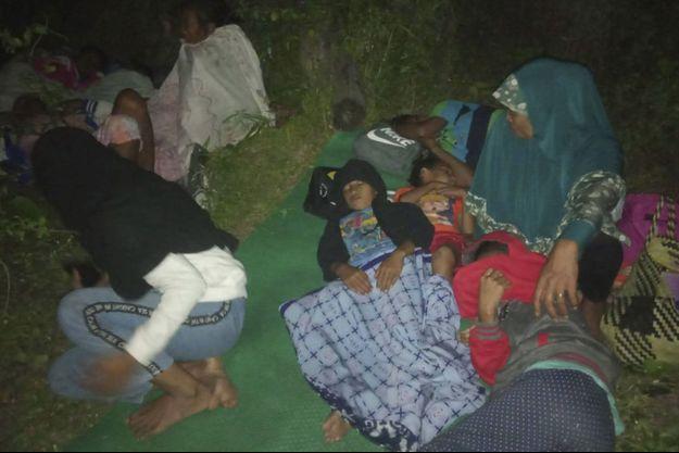 Des jeunes indonésiens ont fui leur maison après le tremblement de terre.