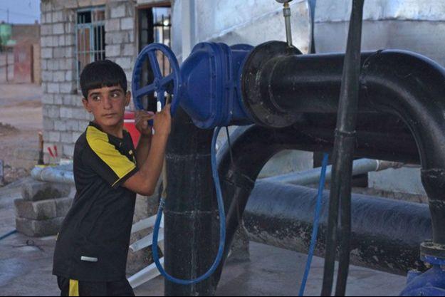 En juillet à Qaraqosh, un enfant près d'un puits. Les 55 000 habitants n'ont presque plus d'eau.