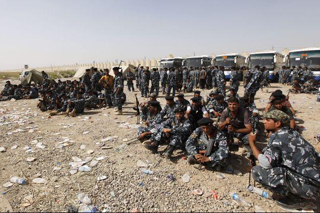 Des chiites se portant volontaires pour rejoindre l'armée irakienne, photographiés le 18 juin 2014 à Bagdad.
