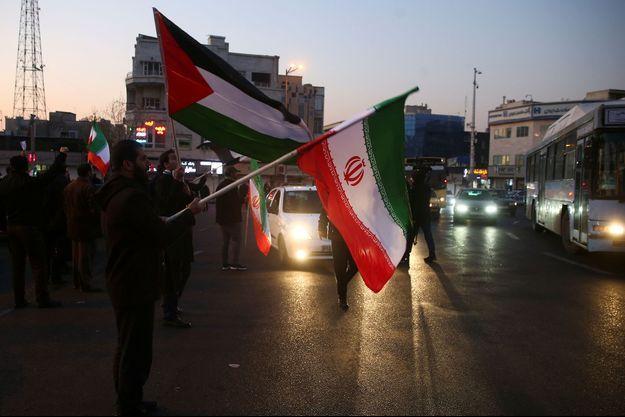 Des Iraniens célèbrent à Téhéran, le 8 janvier 2020, les tirs de missiles sur des bases américaines.
