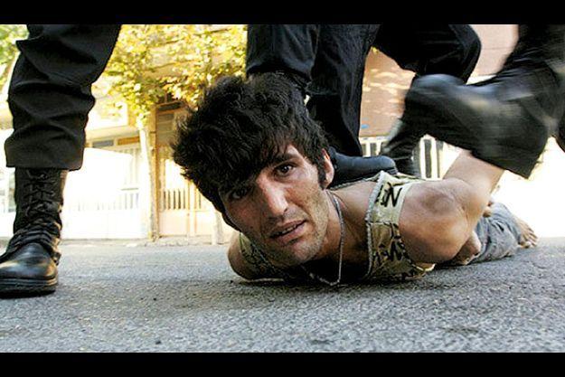 A Téhéran, début 2009, des miliciens tabassent un jeune homme dans le cadre d'une vaste opération coup de poing, officiellement contre les délinquants. En fait, certains d'entre eux ont déjà purgé leur peine. Ce genre de raid se produit régulièrement. Dernier en date, juillet 2011.