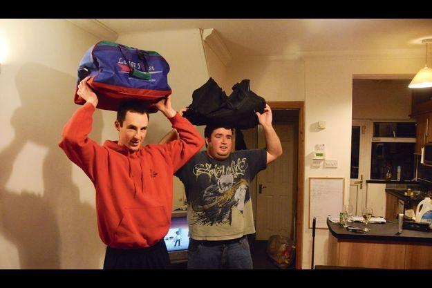 Endo (en rouge), émigrera en Nouvelle-Zélande fin janvier. Son ami d'enfance, Darragh, songe à l'y rejoindre.
