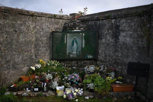 Des fleurs déposées pour les bébés retrouvés sur le site d'un ancien foyer catholique, à Tuam, en Irlande.