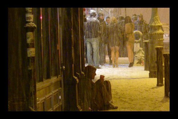 Samedi soir, dans le quartier dublinois de Temple Bar, un SDF mendie dans le froid tandis que des jeunes, comme tous les week-ends, font la fête dans les pubs.