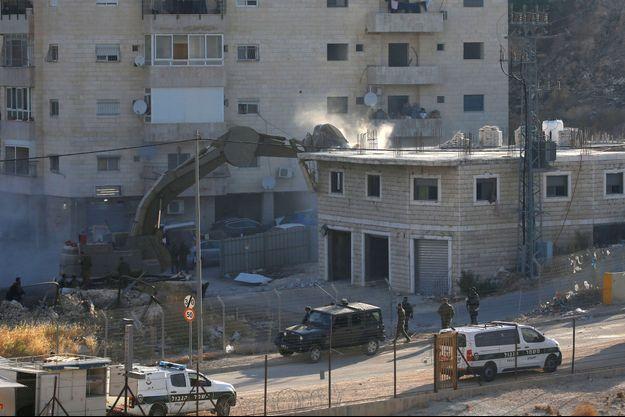 Des engins détruisent des maisons palestiniennes à Jérusalem.