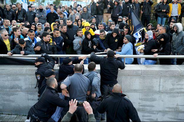 Le jour du jugement d'Elor Azaria, certains de ses soutiens se trouvaient devant le tribunal militaire de Tel Aviv, le 4 janvier 2017.