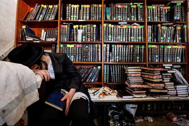 Les familles juives orthodoxes respectent la Shiv'ah, période de deuil de sept jours.