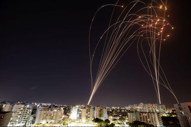 Le système Iron Dome intercepte de nombreuses roquettes au-dessus de Tel Aviv.