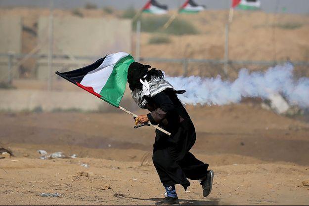 Une femme palestinienne manifeste à Gaza.