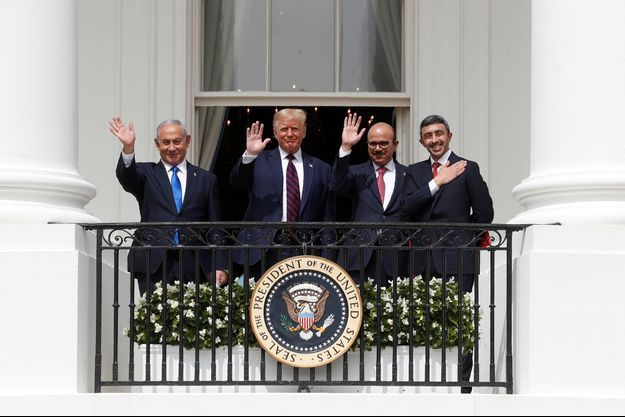 Le Premier ministre israélien Benjamin Netanyahu, le président américain Donald Trump, le chef de la diplomatie de Bahreïn, Abdel Latif al-Zayani et le ministre émirati des Affaires étrangères, Cheikh Abdallah ben Zayed Al-Nahyane, le mardi 15 septembre à la Maison Blanche.
