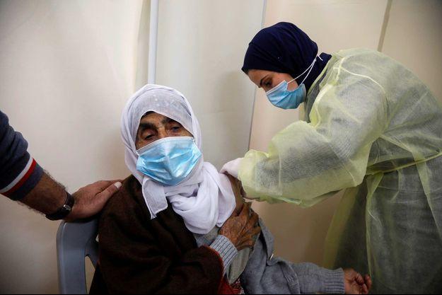 Vaccination contre le Covid-19 dans la bande de Gaza, en mars 2021.