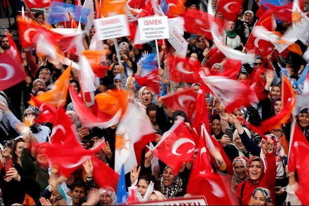 Des soutiens du parti AKP dans la rue pour Binali Yildirim.
