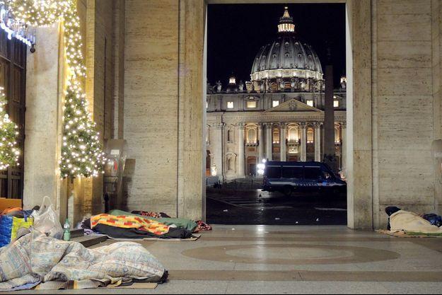 Des sans-abri près de la Basilique Saint-Pierre de Rome