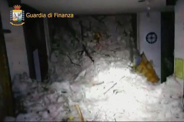 L'avalanche a été si violente qu'elle a déplacé l'hôtel sur dix mètres.