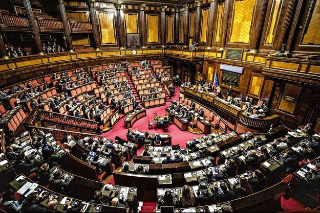 """Cinq députés italiens ont réclamé le """"Bonus Covid"""" de 600 euros mensuels, provoquant un tollé dans le pays."""