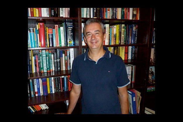 L'écrivain Peter Conradi dans sa bibliothèque avant d'entamer ses recherches