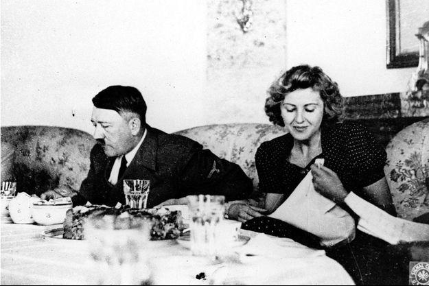 Eva Braun et Adolf Hitler pendant un dîner.