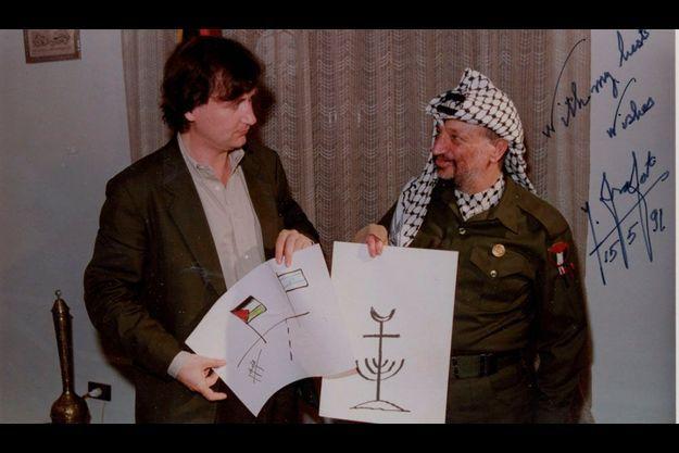 Sur le dessin d'Arafat : le logo de la monnaie du Proche-Orient, un mélange de chandelier hébraïque, croix des chrétienset croissant des musulmans. Plantu, lui, réinvente les drapeaux.