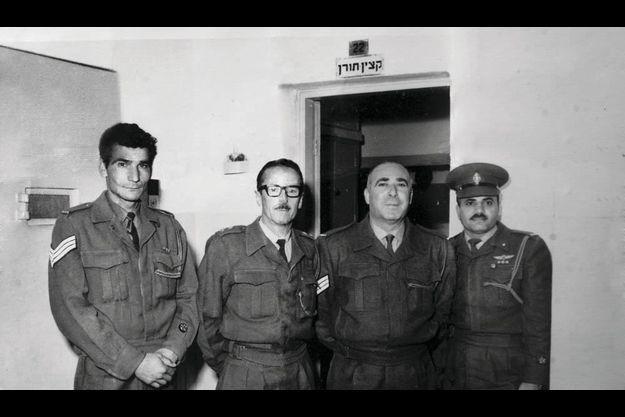 En 1962, Shalom Nagar (à dr.) avec son chef et un collègue à la prison de Ramla, non loin de Tel-Aviv.