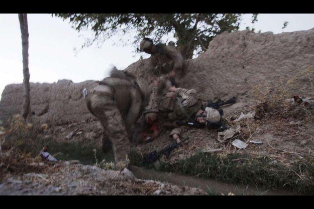 Vendredi 14 août, juste avant le crépuscule. Le caporal Bernard vient d'être atteint par une des premières roquettes tirées par les talibans. La photographe Julie Jacobson est à une dizaine de mètres de lui, accroupie pour essayer d'éviter les tirs. « C'est la deuxième fois de ma vie que je vois un marine perdre la sienne », dit-elle.